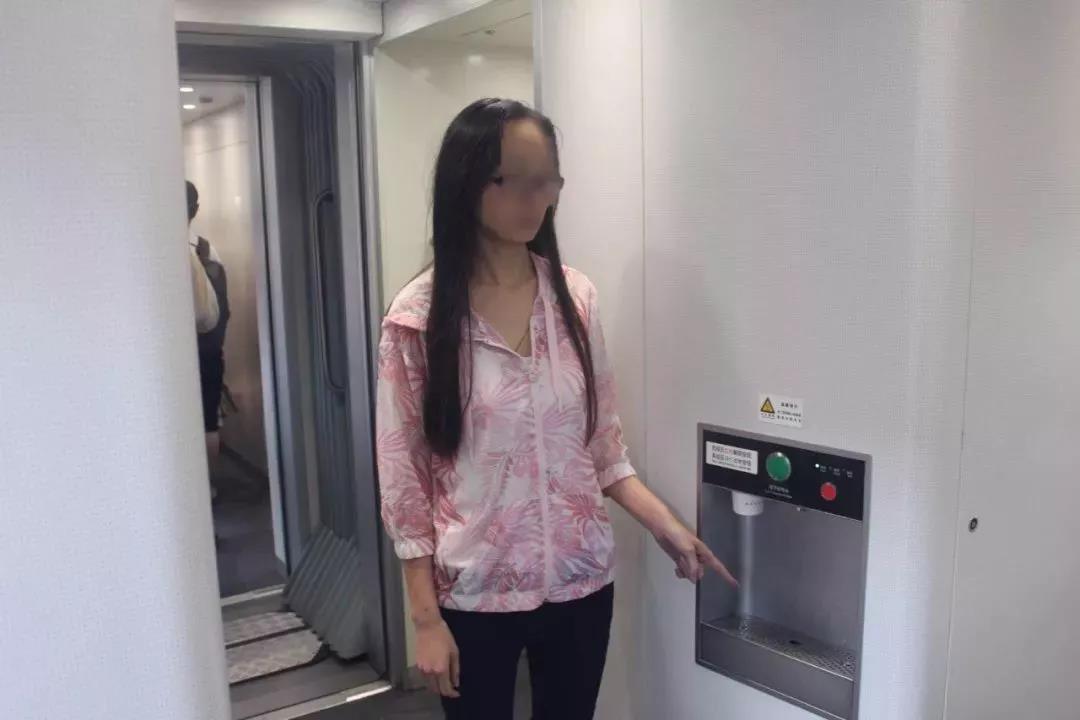 一杯开水7.7万!女子把开水灌进前排乘客衣领,只因…...