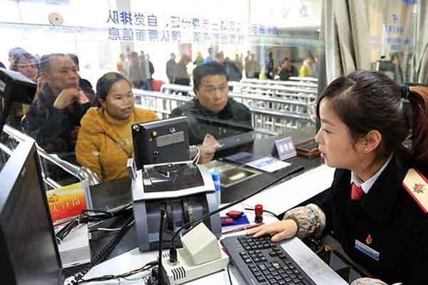 李娟在太原火车站当售票员
